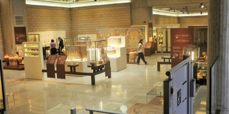 Re-exhibiting collections of the Thebes Archeological Museum
